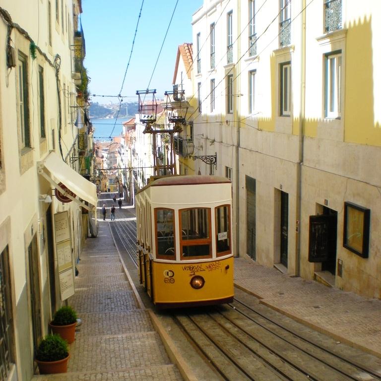 Funiculaire dans une rue de Lisbonne