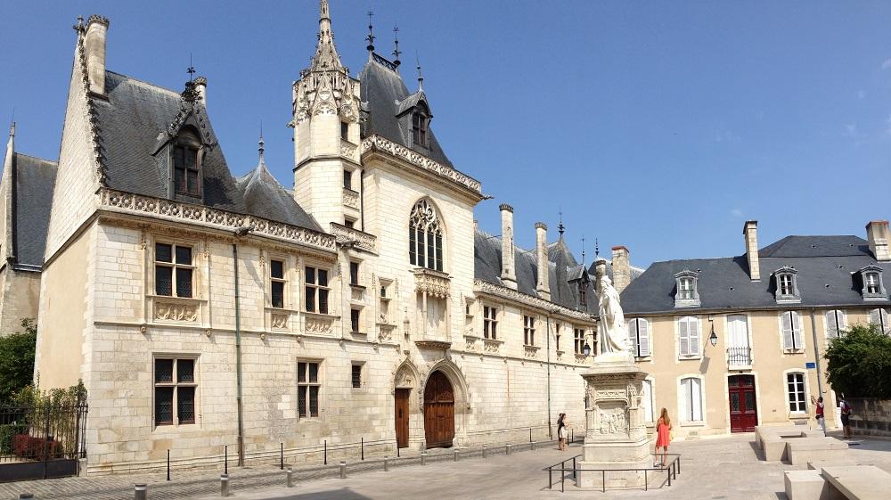Vue de la façade du palais Jacques Cœur à Bourges