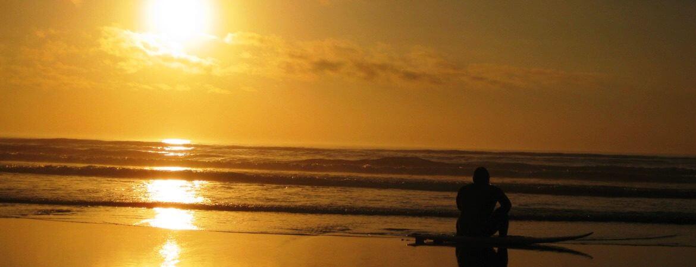 Surf et coucher de soleil au Portugal.