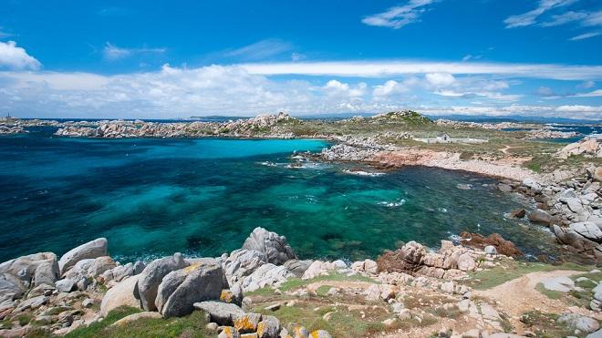 Vue d'une plage des îles Lavezzi en Corse.