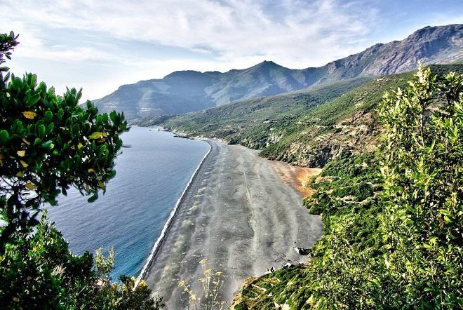 Vue de la plage de Nonza en Corse.