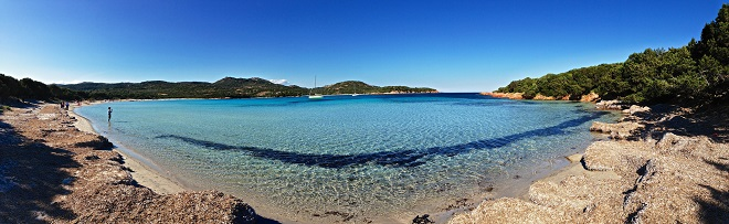 Vue de la plage de la Rondinara en Corse.