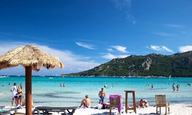 Vue de la plage de Santa Giulia en Corse.