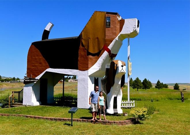 Vue d'un hôtel construit en forme de chien aux USA.