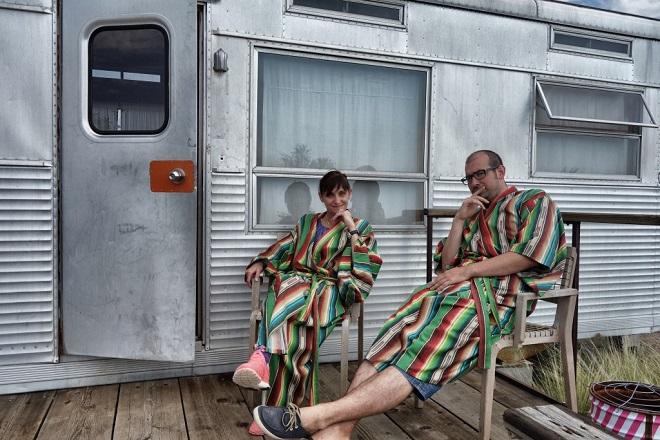 Les blogueurs de Lost in the USA assis sur une terrasse en peignoir.