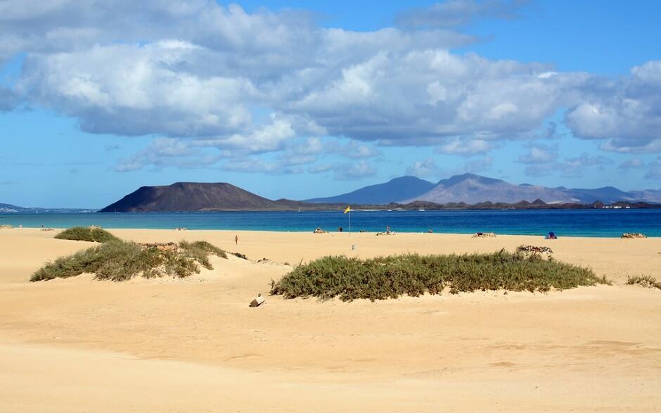 Vue d'une plage sur l'île de Fuerteventura aux Canaries en Espagne.
