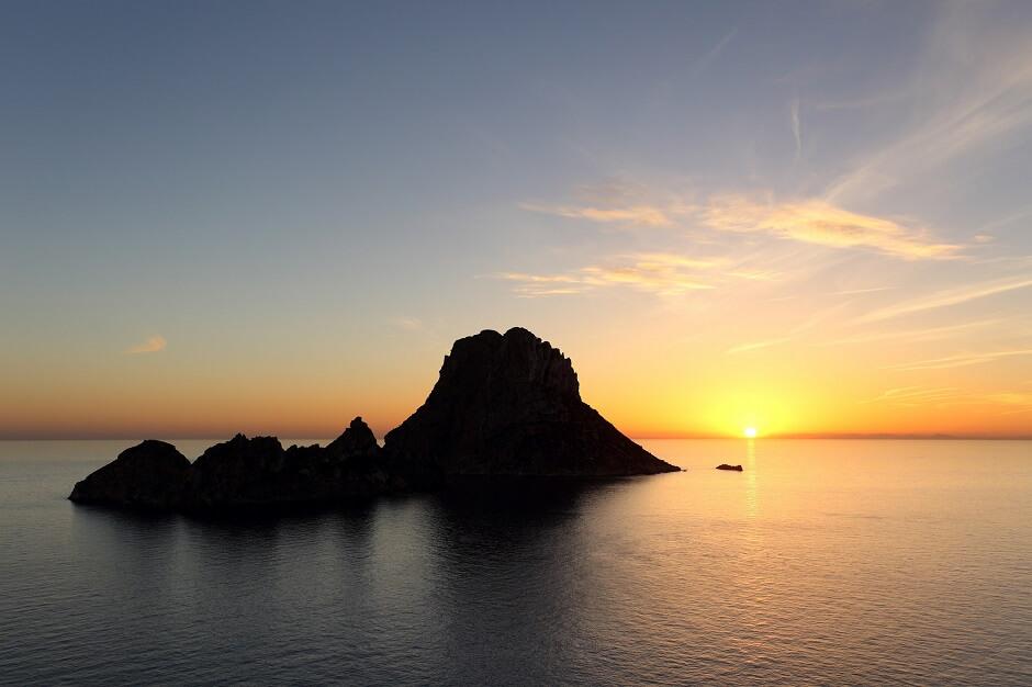 Coucher de soleil sur le rocher d'Es Vedra, à Ibiza aux Baléares en Espagne.
