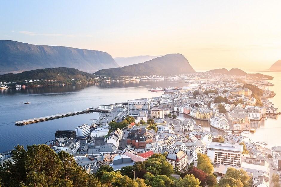 Vue aérienne de la ville d'Ålesund en Norvège.