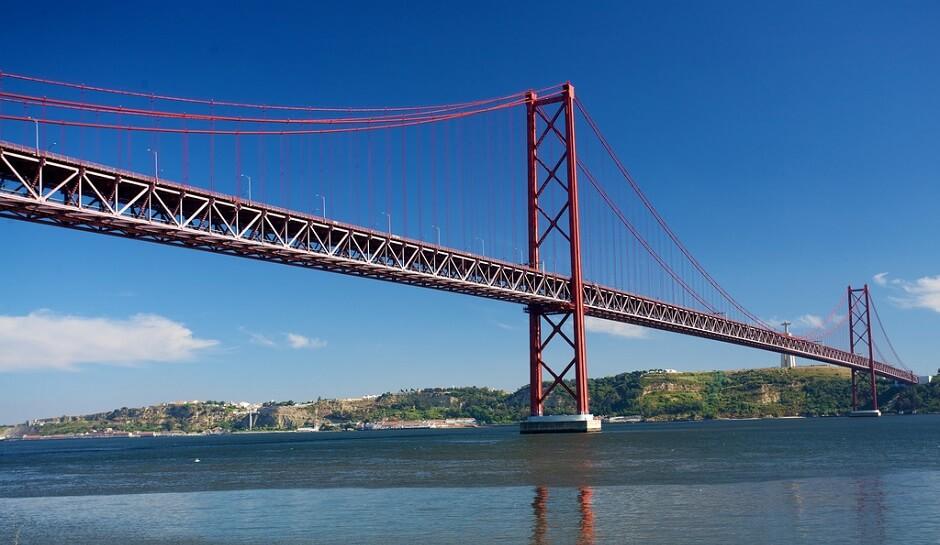 Vue du pont du 25 Avril à Lisbonne au Portugal.