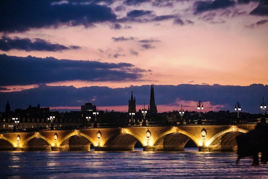 Vue de Bordeaux au soleil couchant.