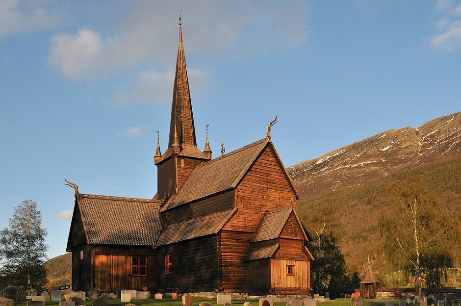 Vue de l'église de bois de Lom en Norvège.