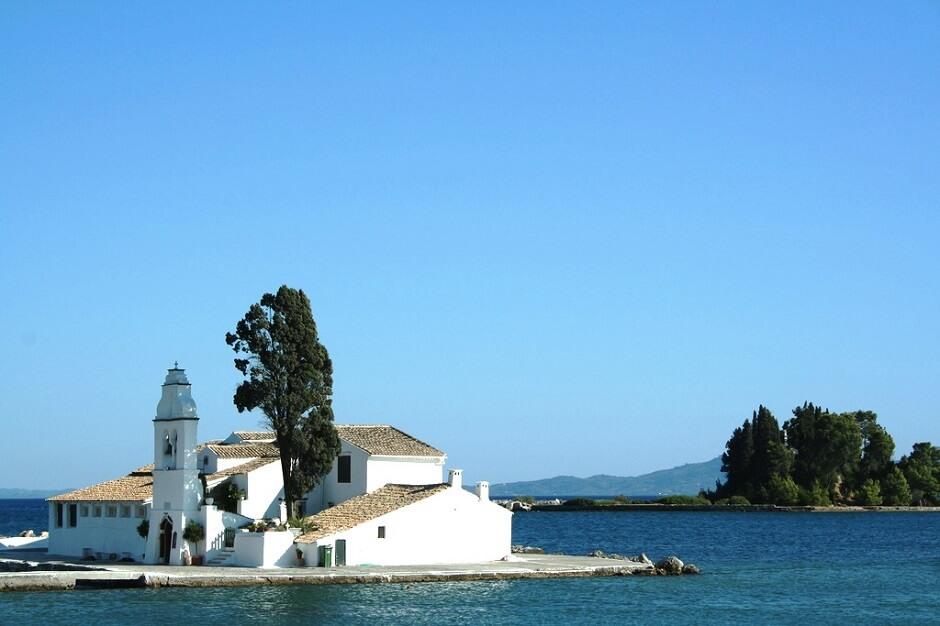 Vue d'une église sur l'île de Corfou en Grèce.