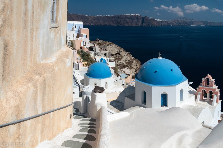 Vue d'une rue avec une église sur l'île de Santorin en Grèce.