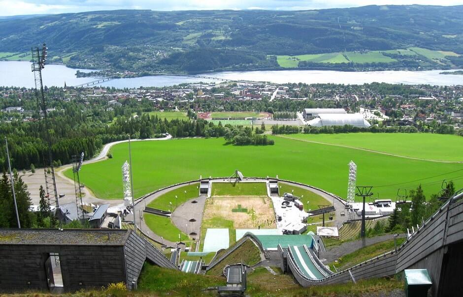 Vue du tremplin de saut à ski de Lillehammer en Norvège.