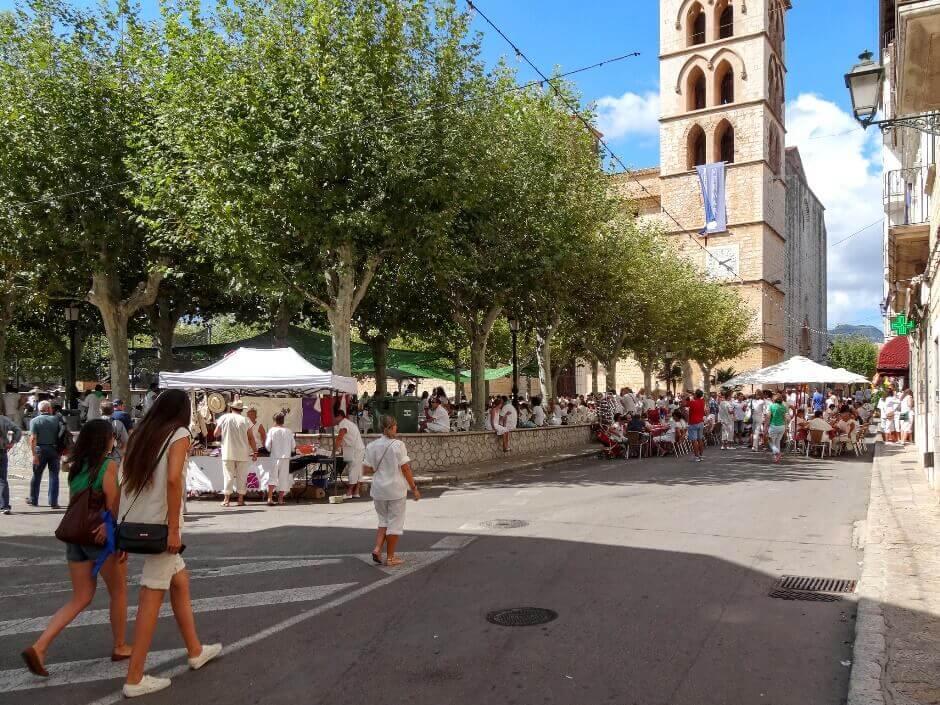 Vue d'une rue à Binissalem sur l'île de Majorque.
