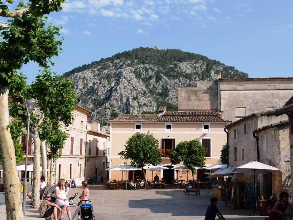Vue d'une placette dans une ville de l'île de Majorque.