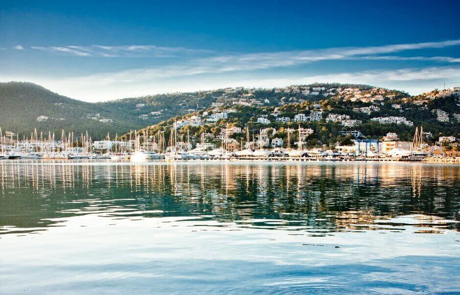 Vue d'un port depuis la mer à Majorque.