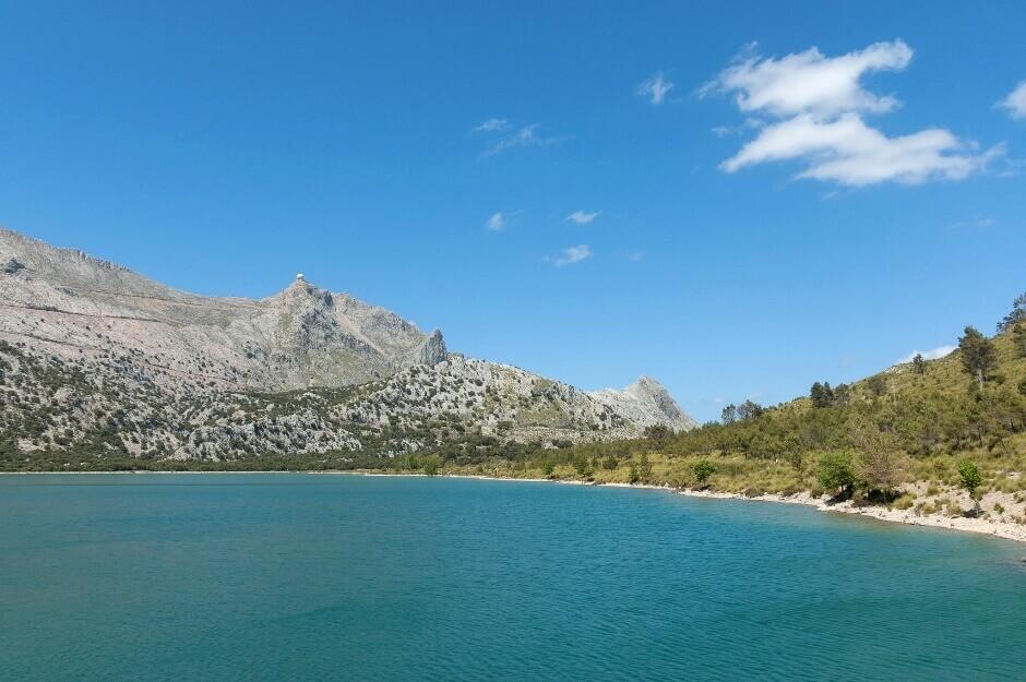 Vue d'une montagne se reflétant dans un lac à Majorque.