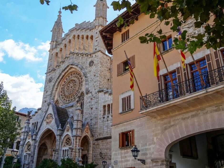 Une église et une vieille maison à Majorque.