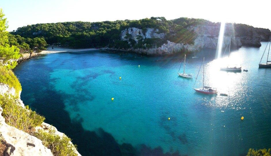 Vue d'une baie sur l'île de Minorque aux Baléares.