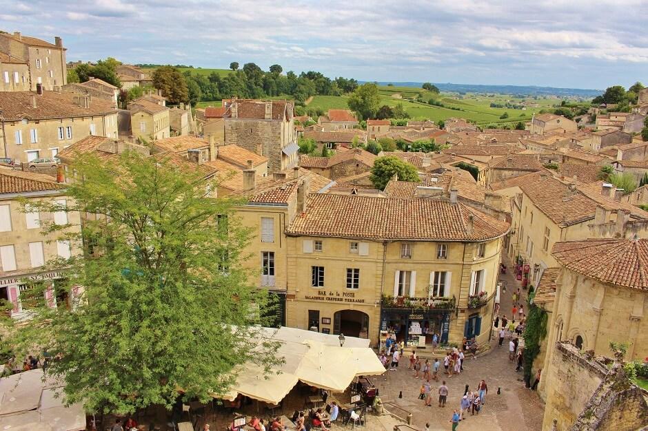 Vue d'une place du village de Saint-Emilion.