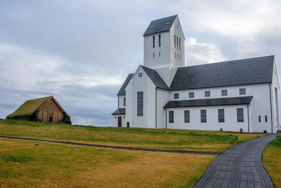 Vue de l'église de Skálholt en Islande.