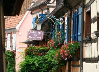 Une rue dans un village alsacien.