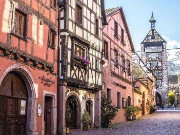 Une rue de Riquewihr en Alsace.