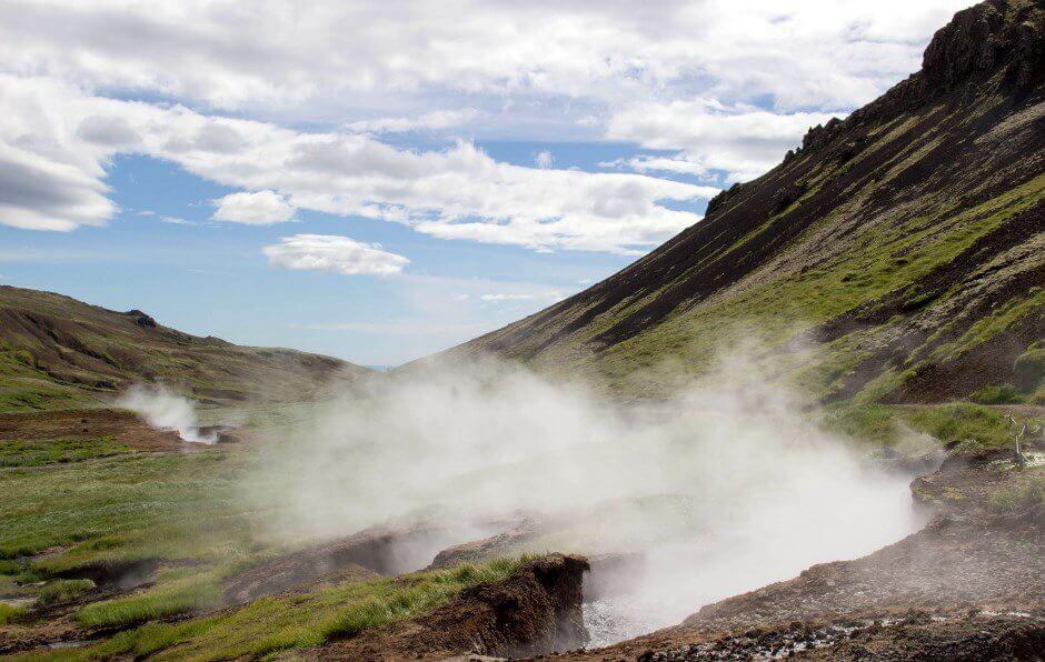 Vue des sources d'eau chaude de Reykjadalur en Islande.