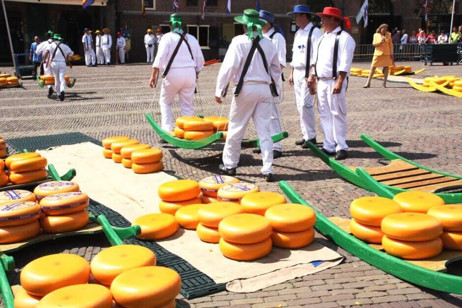 Porteurs de fromages au marché d'Alkmaar.