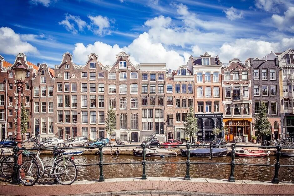 Vue des vieilles maisons d'Amsterdam au bord d'un canal.