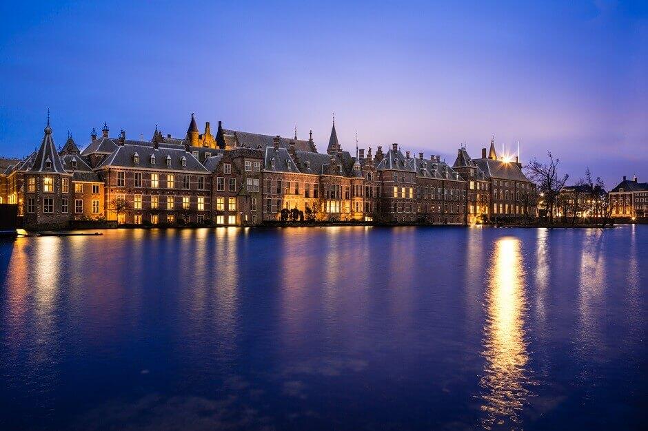 Vue nocturne de la ville de La Haye.
