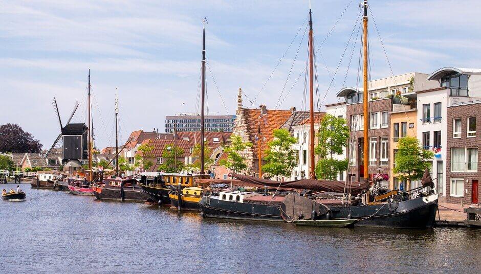 Un petit port dans la ville hollandaise de Leiden.