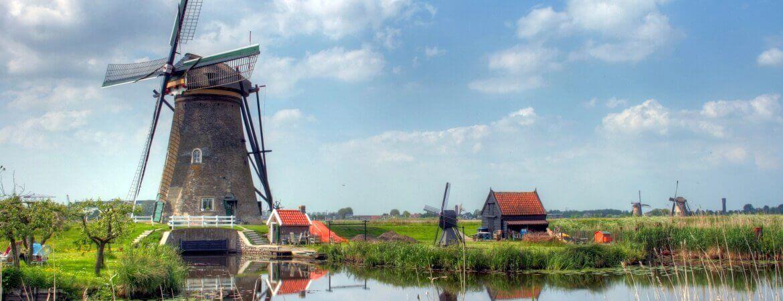 Des moulins au bord de l'eau dans la campagne hollandaise.