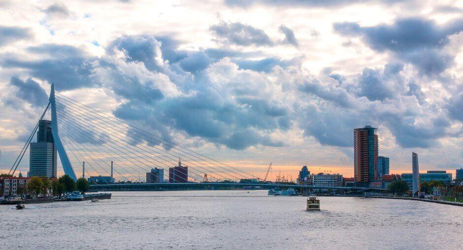 Vue d'un grand pont au soleil couchant à Rotterdam.