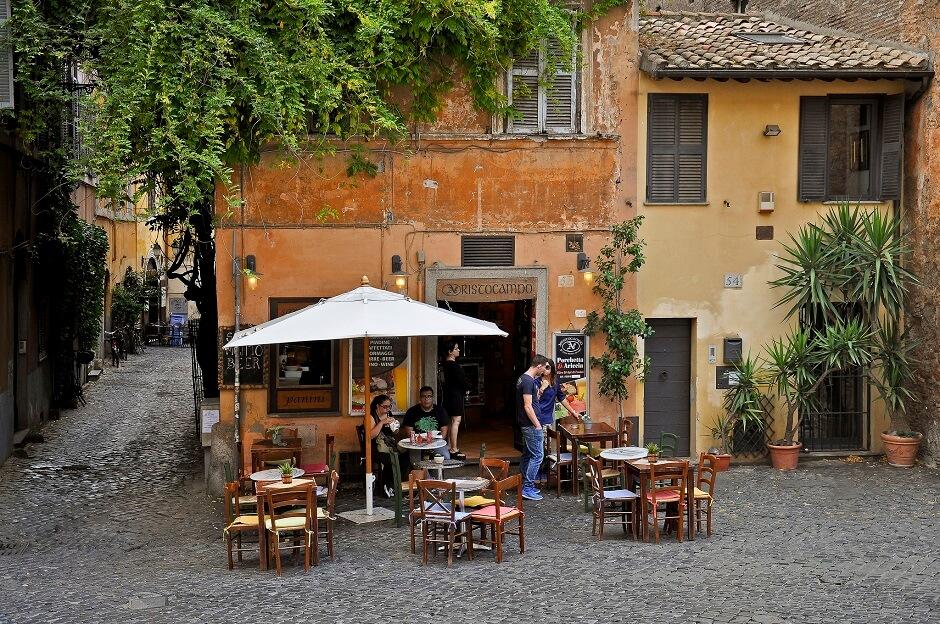Vue de la terrasse d'un petit café à Rome.