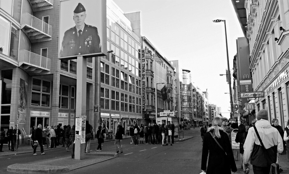 Vue de Check Point Charlie à Berlin en Allemagne.