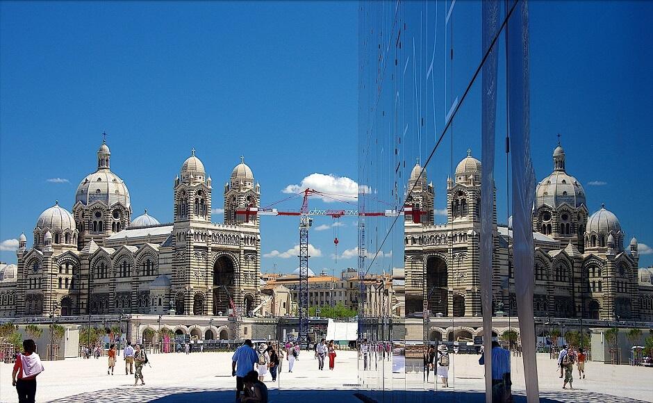 Vue du Mucem et de la cathédrale de Marseille.