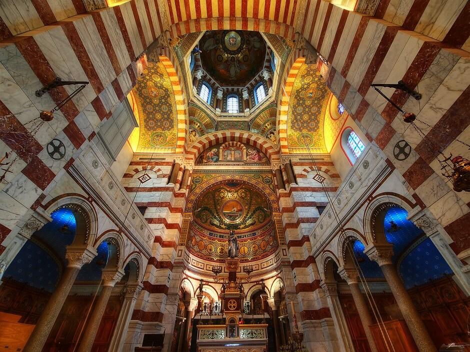 Vue de l'intérieur de Notre-Dame-de-la-Garde à Marseille.