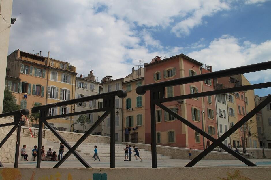 Vue d'une place dans un quartier de Marseille.