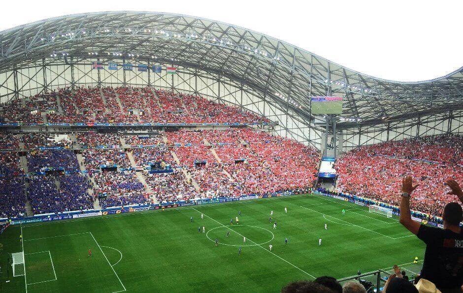Vue de l'intérieur du stade Vélodrome de Marseille pendant un match de football.