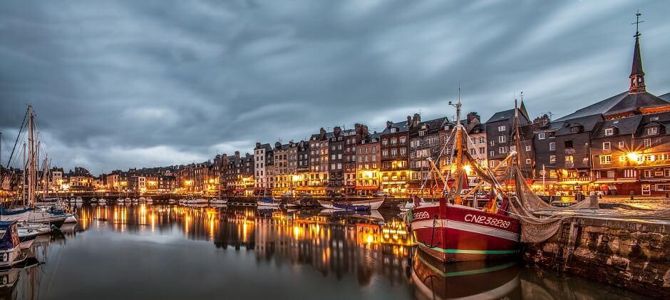 Vue du port de Honfleur en Normandie.