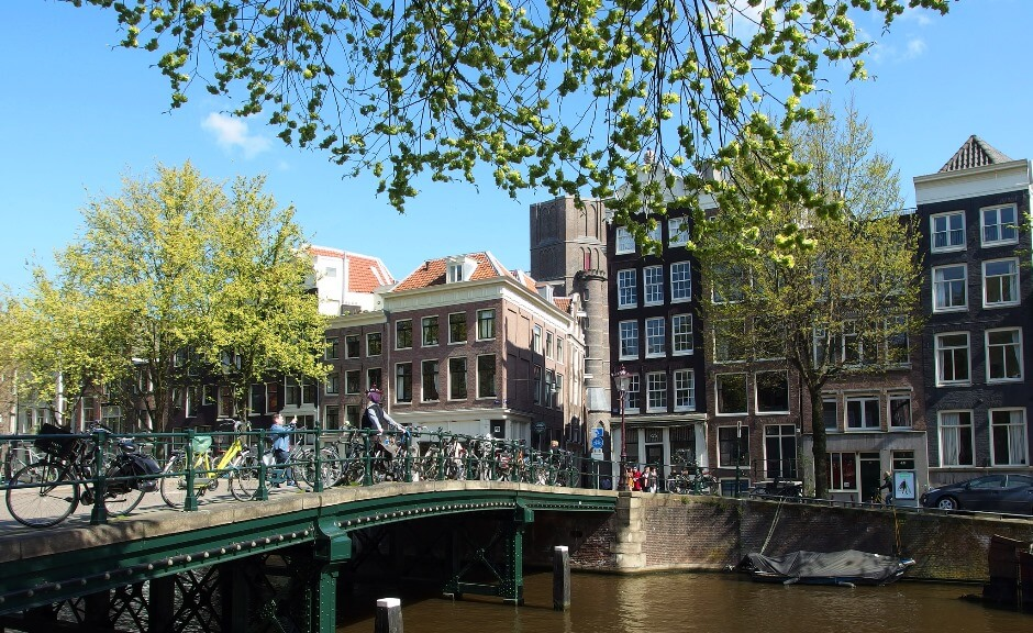 Vue d'un quai à Amsterdam.