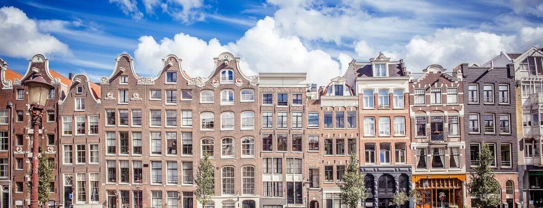 Vue de façades de maisons à Amsterdam.