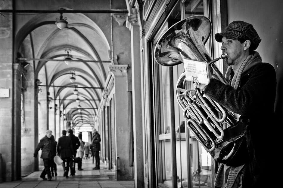 Un musicien joue dans une rue de Bologne.