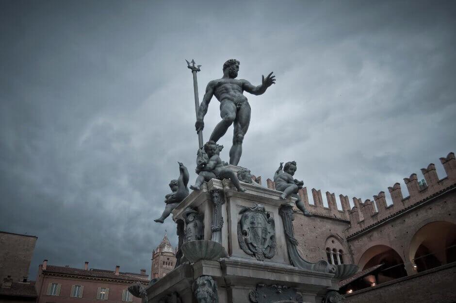 Vue d'une fontaine monumentale à Bologne.
