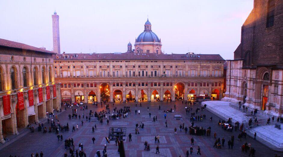 Vue de la place centrale de Bologne.