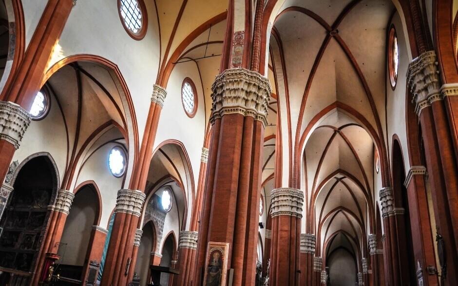 Vue de l'intérieur d'une église de Bologne.