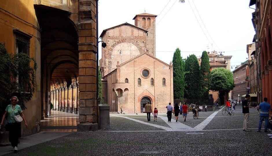 Vue d'une place avec une église à Bologne.