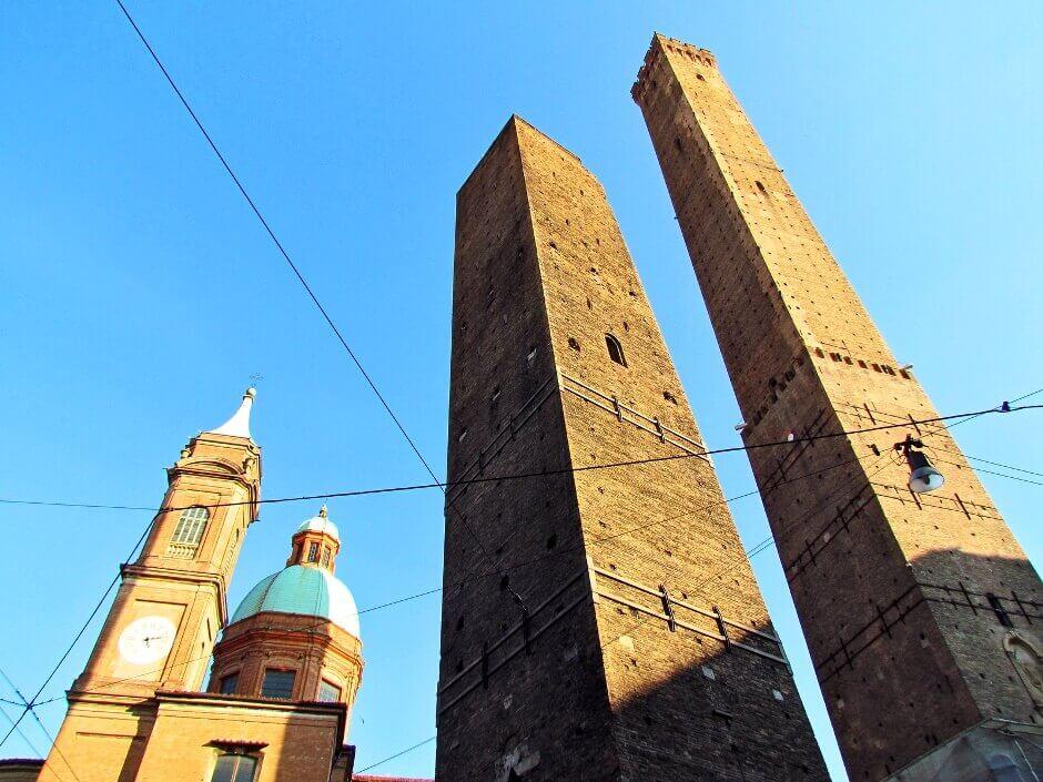 Vue de deux hautes tours à Bologne.